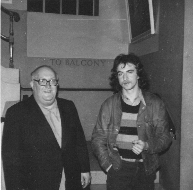 Albert Meltzer  y  Stuart Christie durante un concierto benéfico en el Centro Ibérico de Conway Hall (1975). Colección de Phil Ruff