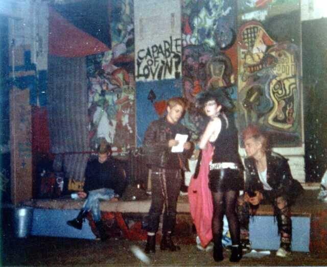 Varios punks durante un concierto en el Centro Ibérico (circa 1982)