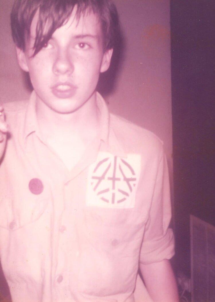 Un jovencísimo Chris Low, batería de The Apostles, entonces con solo 13 años, en 1982 durante un concierto en el Centro Ibérico. Fotografía Nicholas Bullen