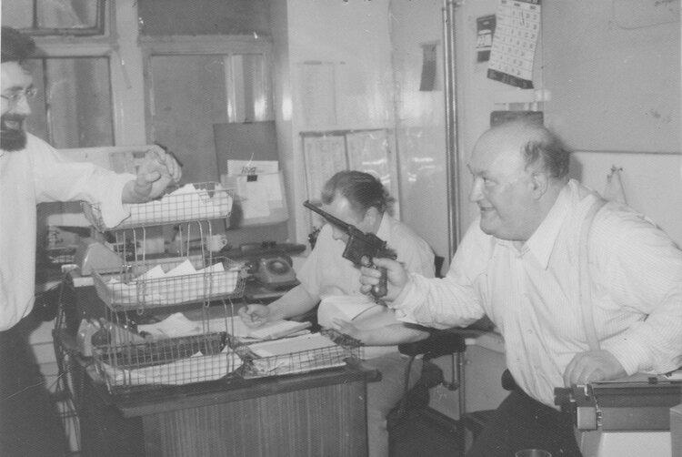 Albert Meltzer bromea y empuña una pistola en las oficinas del  Daily Telegraph  (circa 1979). Colección de Phil Ruff
