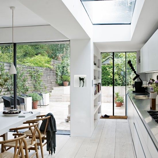 Hans Wegner's classic mid-century Wishbone chairs add style and personality to this modern extension/Photo: Trendland.com