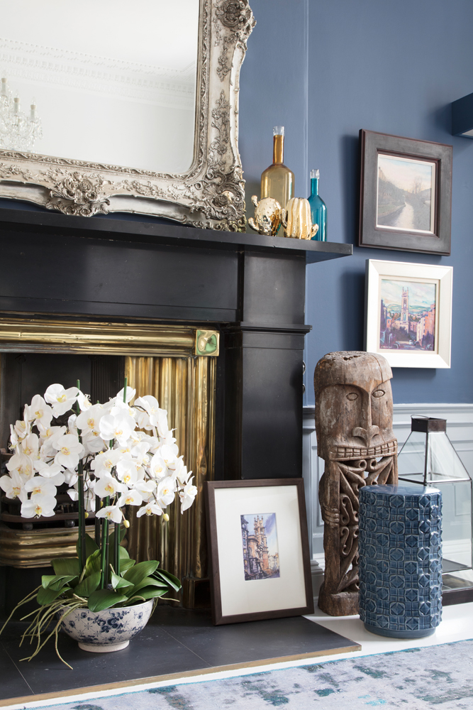 Navy blue feature wall painted with Designers Guild Moonlit Night/Photo: Susie Lowe