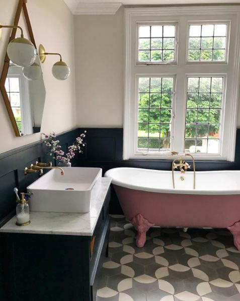 Bathroom belongs to  @comedowntothewoods