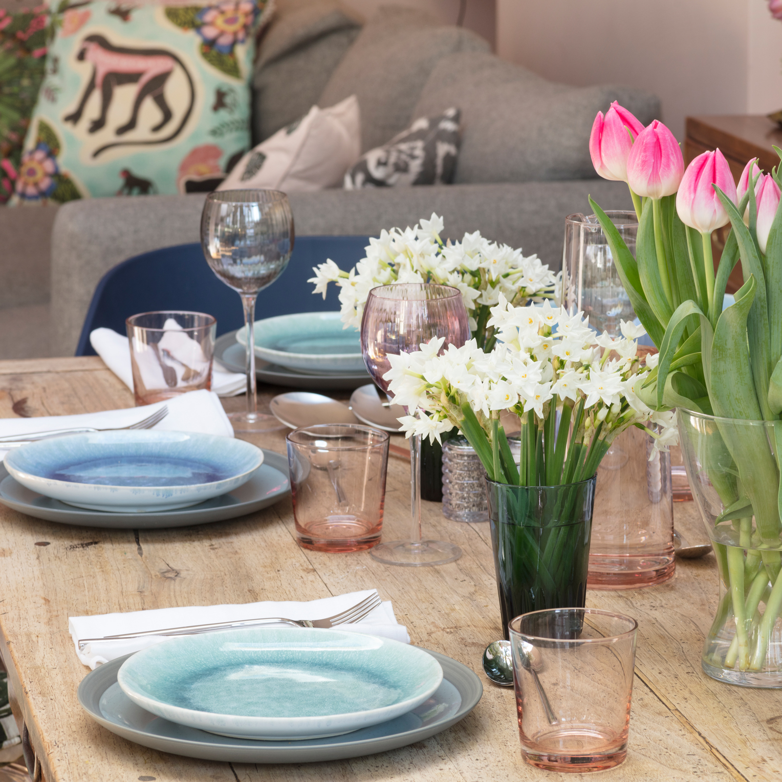 Pink and blue dining table decor