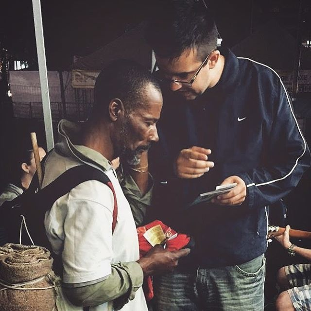 Na Praça XV de Novembro aconteceu a Maratona de Leitura Bíblica, é uma das ações foi a distribuição de novos testamentos para a população de Porto Alegre/RS. Quer ver mais fotos? Acesse o link na bio e confira tudo que aconteceu. Aviso: em 2017 tem mais!  #SemanaDaBibliaPOA #EuLeioABíblia