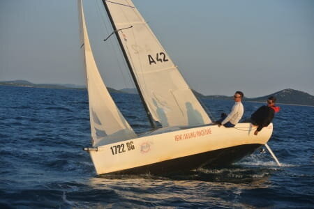MINI CRUISER - Learn to sail a small boat very responsive but stable anyway, the Open 570 is the ideal boat to learn alone or family the basics of the monohull. Navigation with the wind, maneuvers, spinnaker, there is work. To your sailors.