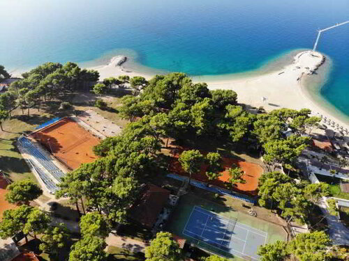 Tennis courts in Makarska, right next to the beach