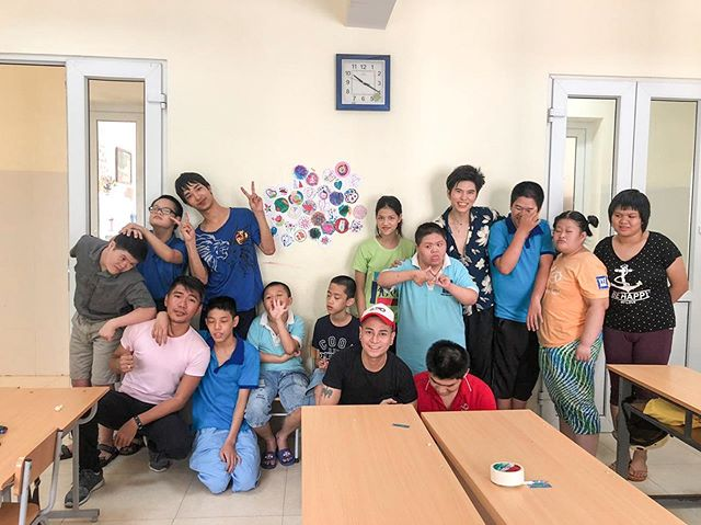 Today we held a successful art class with the beautiful kids of Hanoi with special needs. Thank you Vietnam for this amazing experience. I was really moved by the kids. 🇻🇳❤️ @become2020 . . . . #hanoi #live #love #art #vietnam