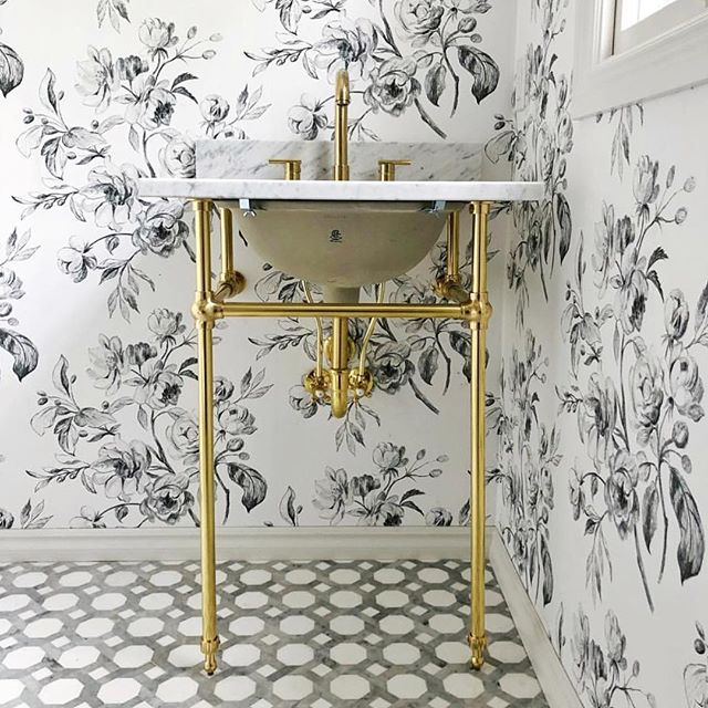 A drool-worthy bathroom design by @ivyhouseinteriors 👏🏽 . . . . . . . . . . . . #bathroom #gold #golddesign #goldsink #bathroomdesign #design #interiordesign #beautifulhomes #artanddesign #ivyhouseinteriors #interiordesigner #goldaccents #floralwallpaper #florals #highenddesign