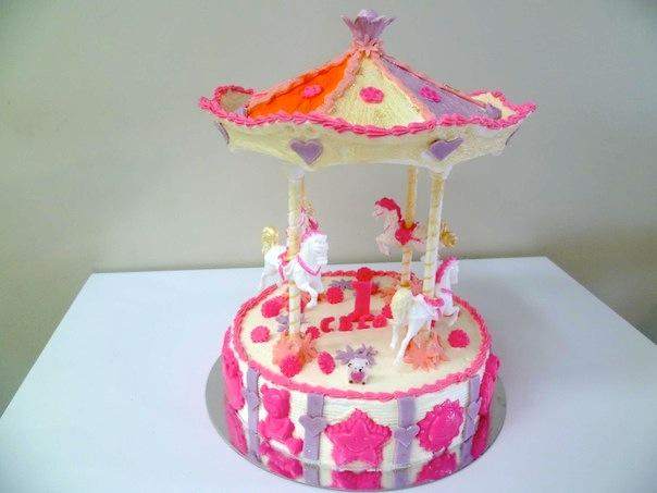 Gâteau d'anniversaire en forme de carroussel