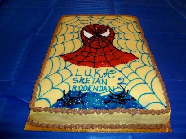 Gâteau d'anniversaire rectangulaire de l'homme araignée