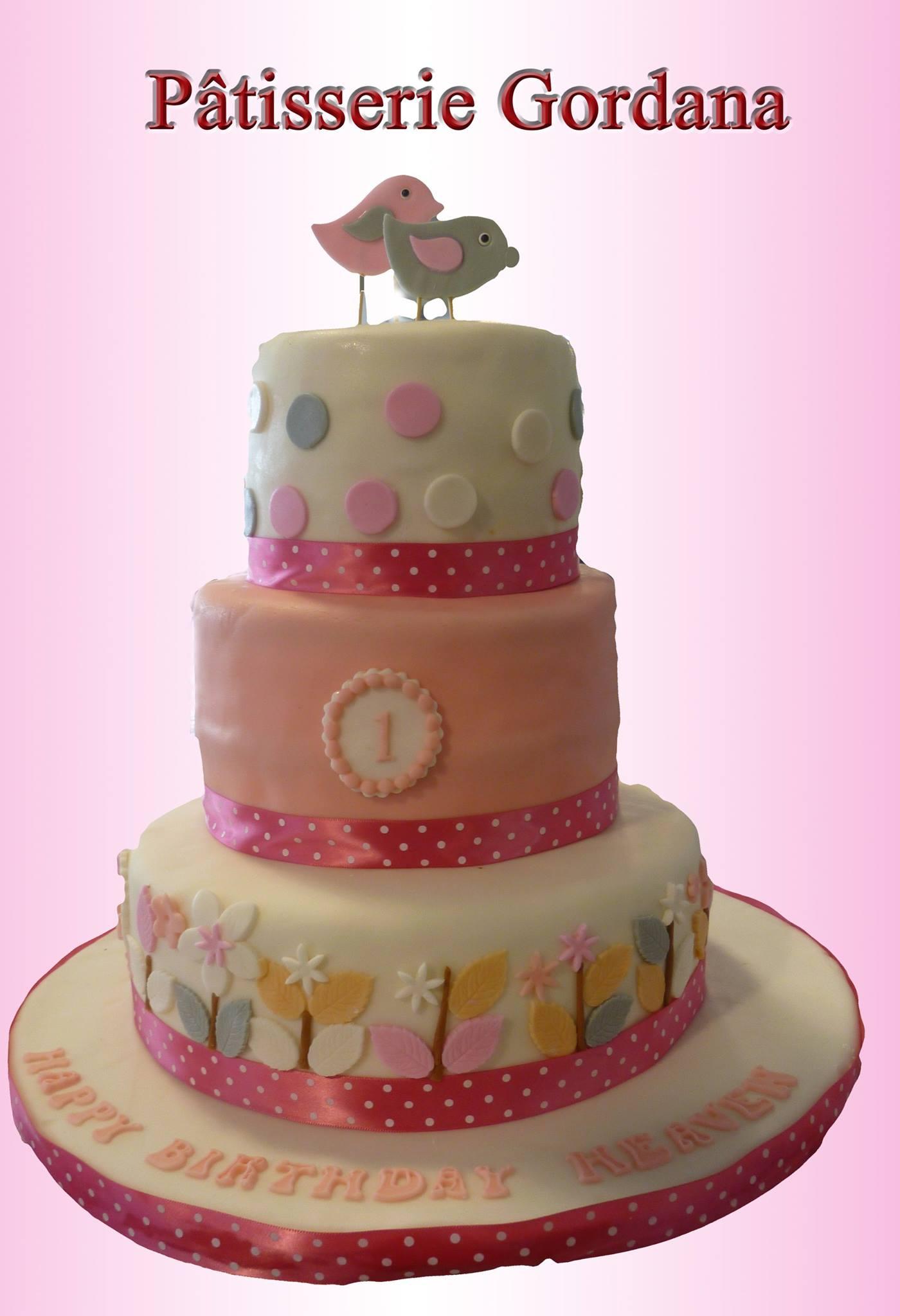 Gâteau d'anniversaire à trois étages