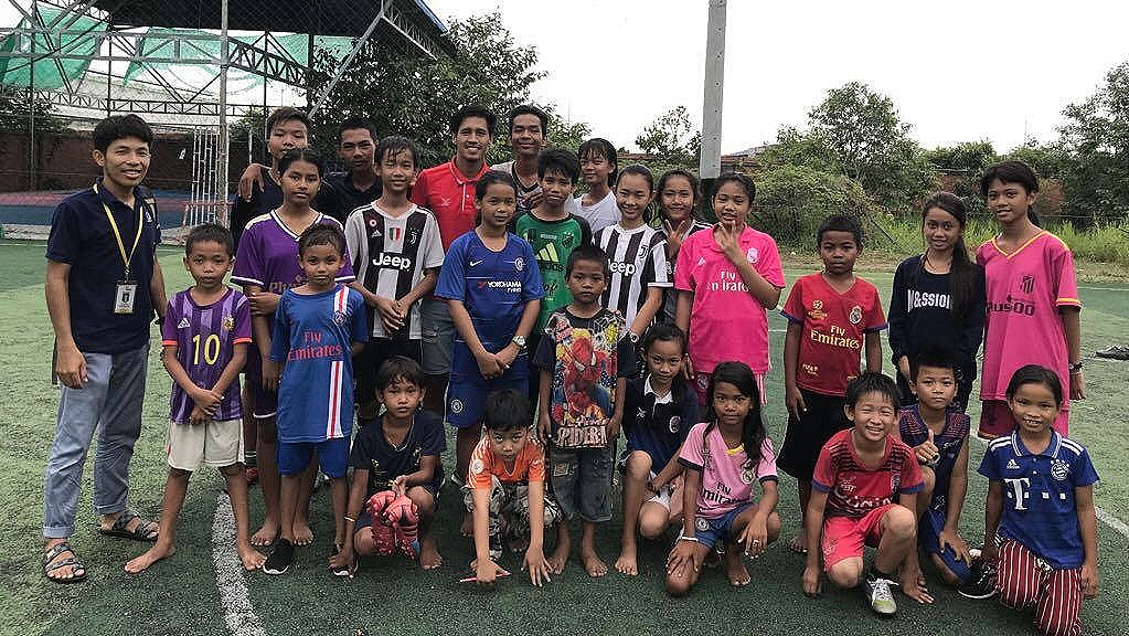 This is the Sensok Football team training with Cambodian National Team and Svay Rieng player @pidorsamoeun - not the one from Chanthy's story - Please count the girls.