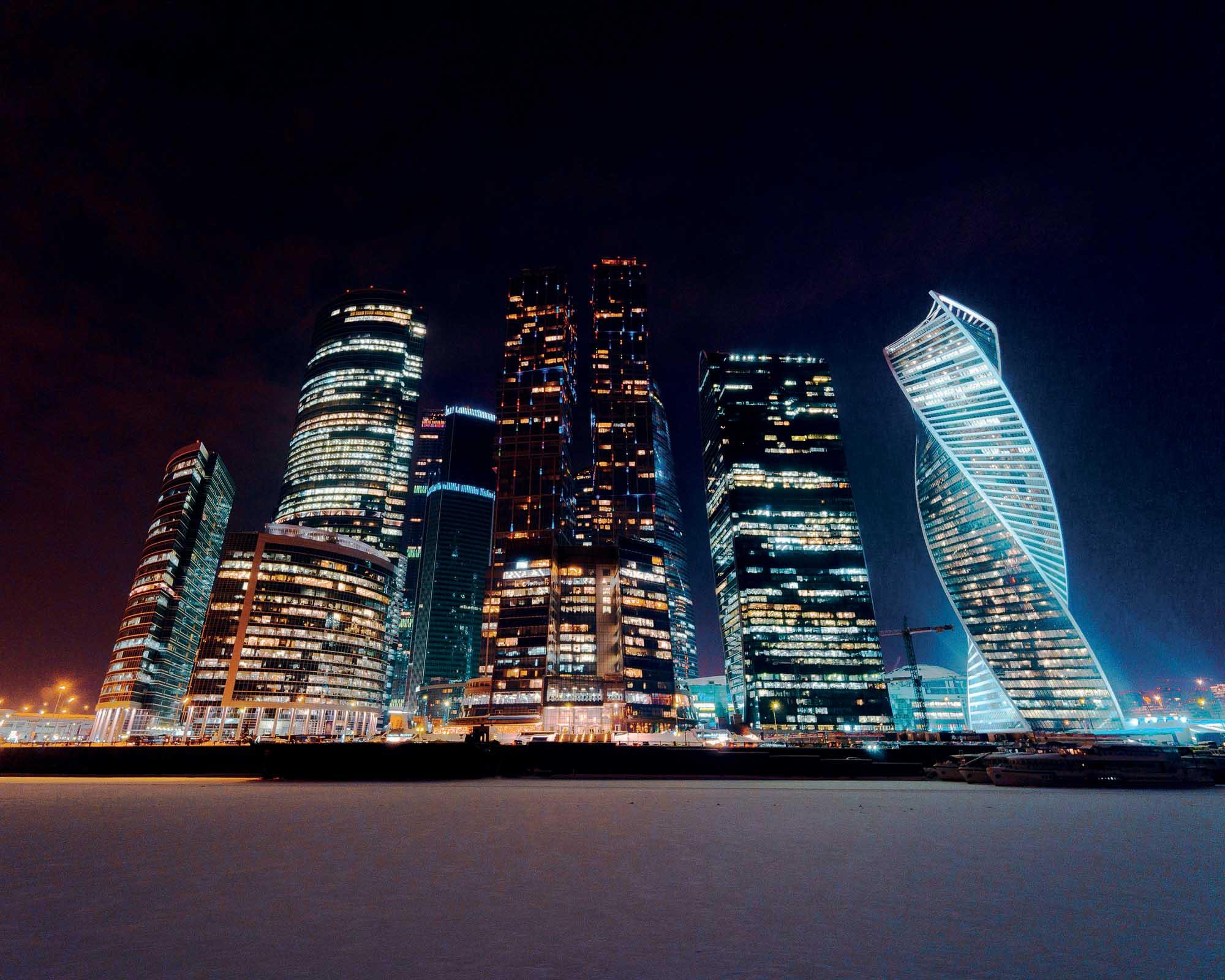 Der Evolutionsturm (rechts), zwischen 2011 und 2014 im internationalen Geschäftszentrum ‹Moskau City› vom schottische Architekturbüro RMJM gebaut, klingt mit der Kuppeldrehung der Basilius Kathedrale zusammen (siehe oben). Die zwei Gebäude wollen die Größe des Landes manifestieren.Fotografien von Nikita Karimov