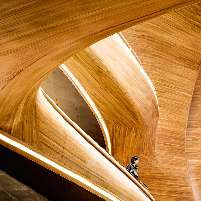 Wie von Wind und Wasser geformt sollte das Opernhaus von Harbin sein, erzählen die Architekten des Büros MAD. Es soll sich nahtlos in die Natur und die Topografie einfügen und will eine Transfusion lokaler Identität, Kunst und Kultur sein. Foto:Hufton + Crow