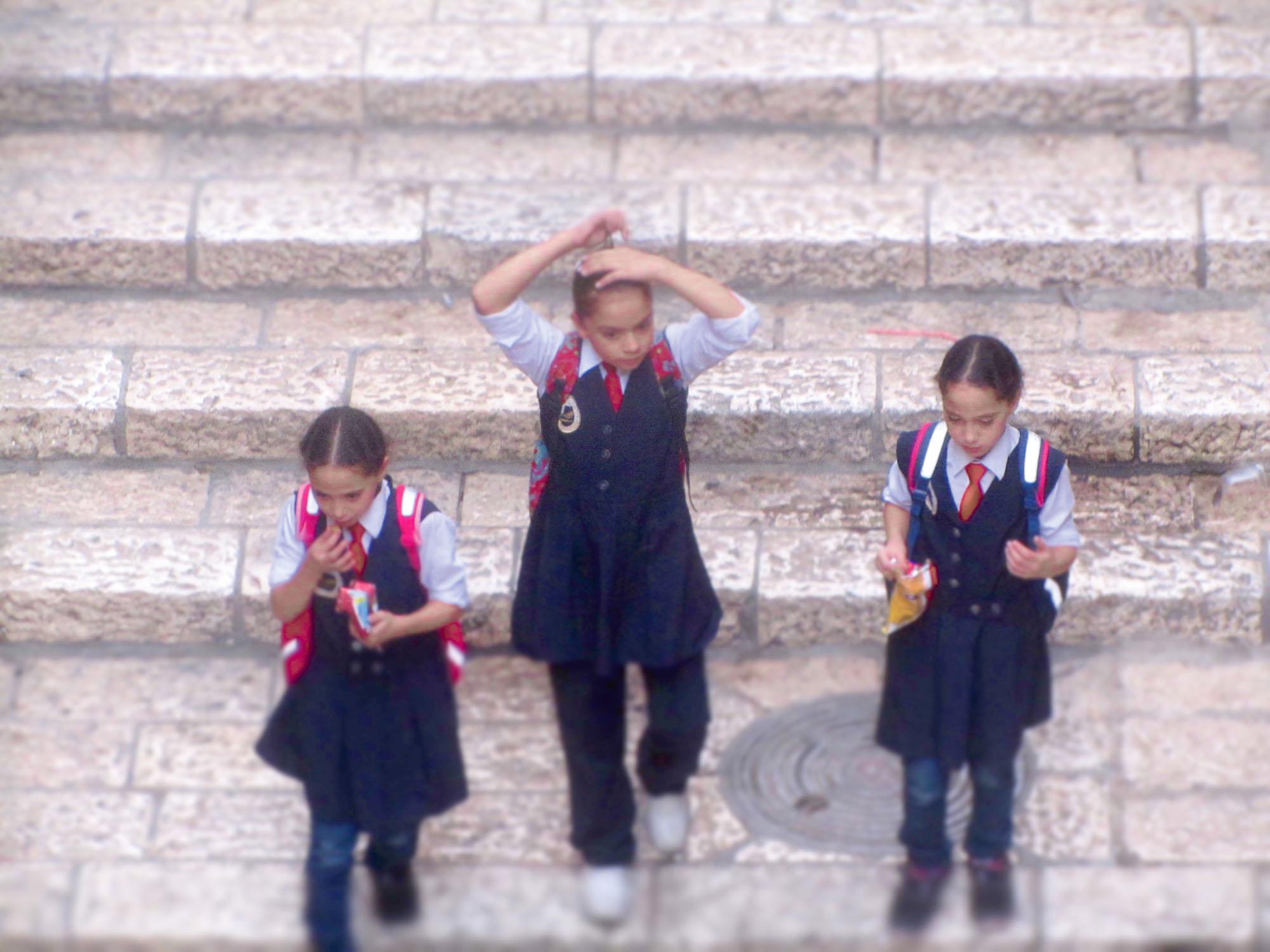 Kinder im Jüdischen Viertel der Altstadt. Foto: Linus Entringer