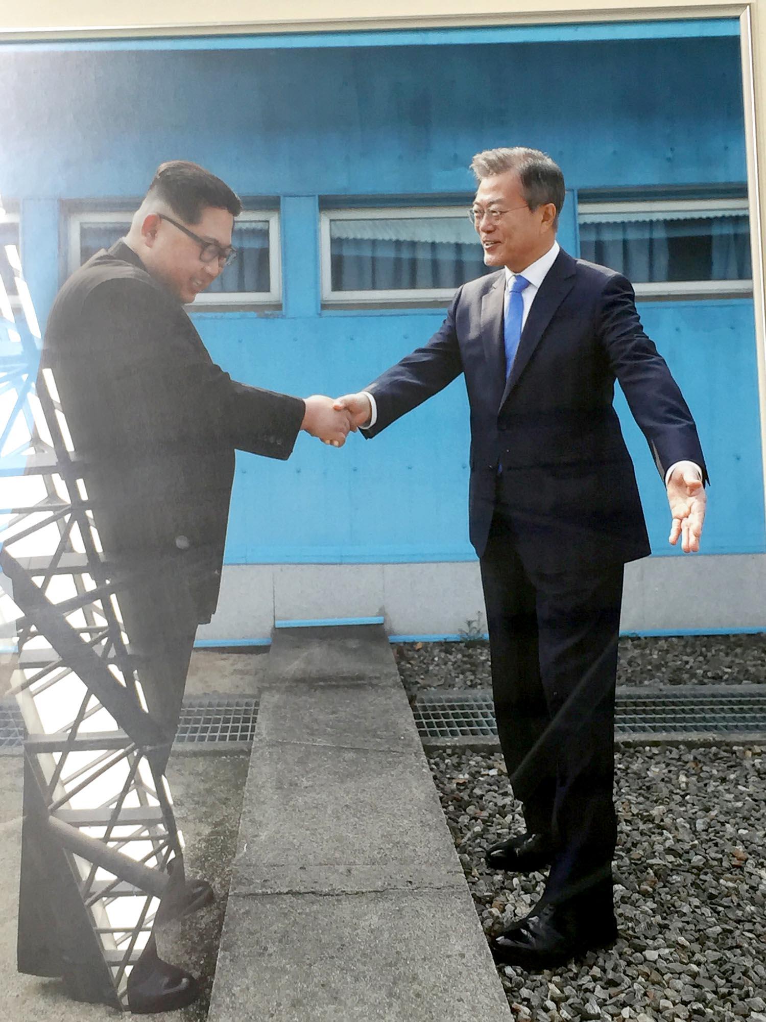 Plakat des geschichtsträchtigen Händedruckes von Kim Jong-un und Moon Jae-in im März 2018 in Südkorea.