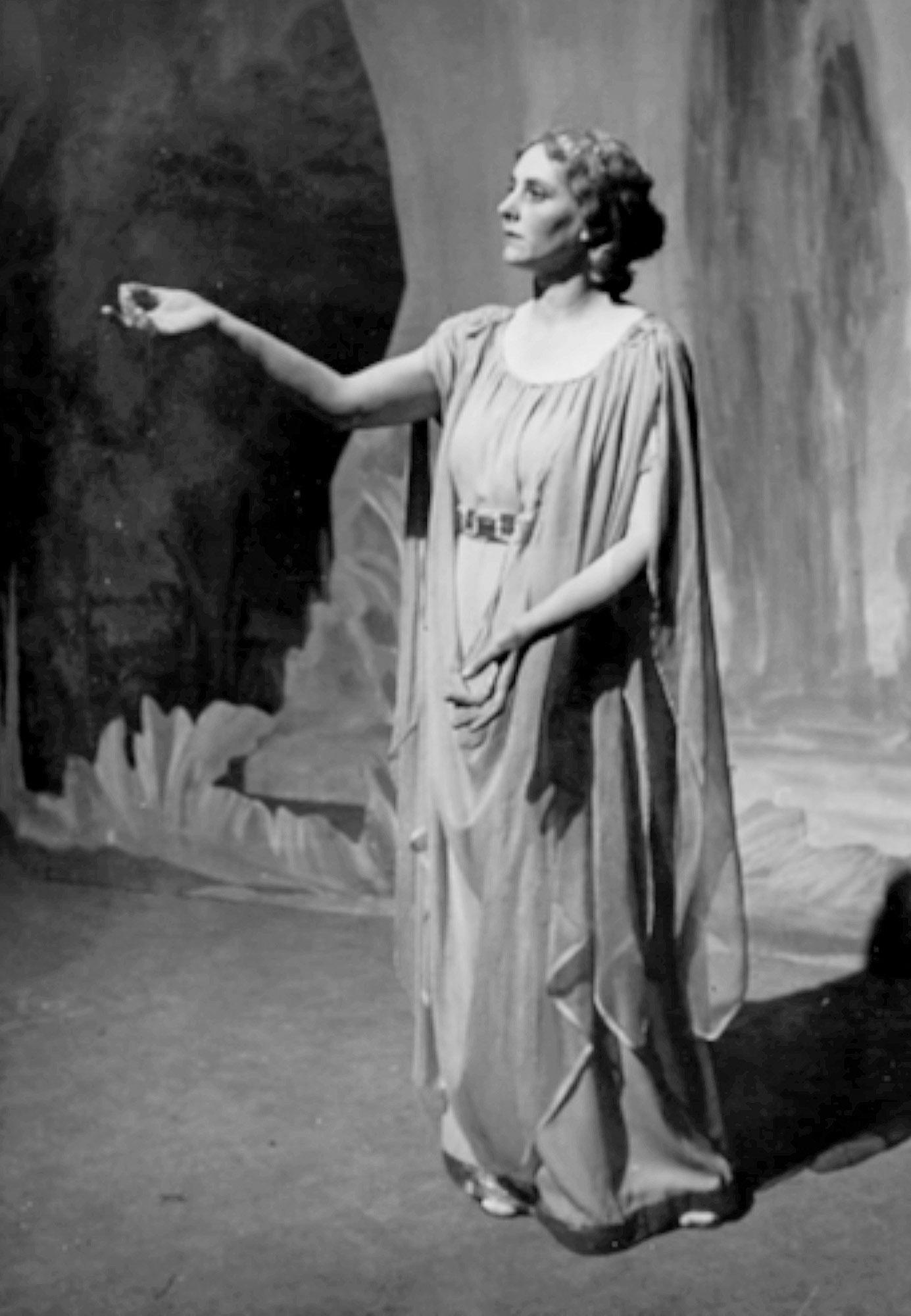 Elya Nevar als Helena auf der Goetheanumbühne