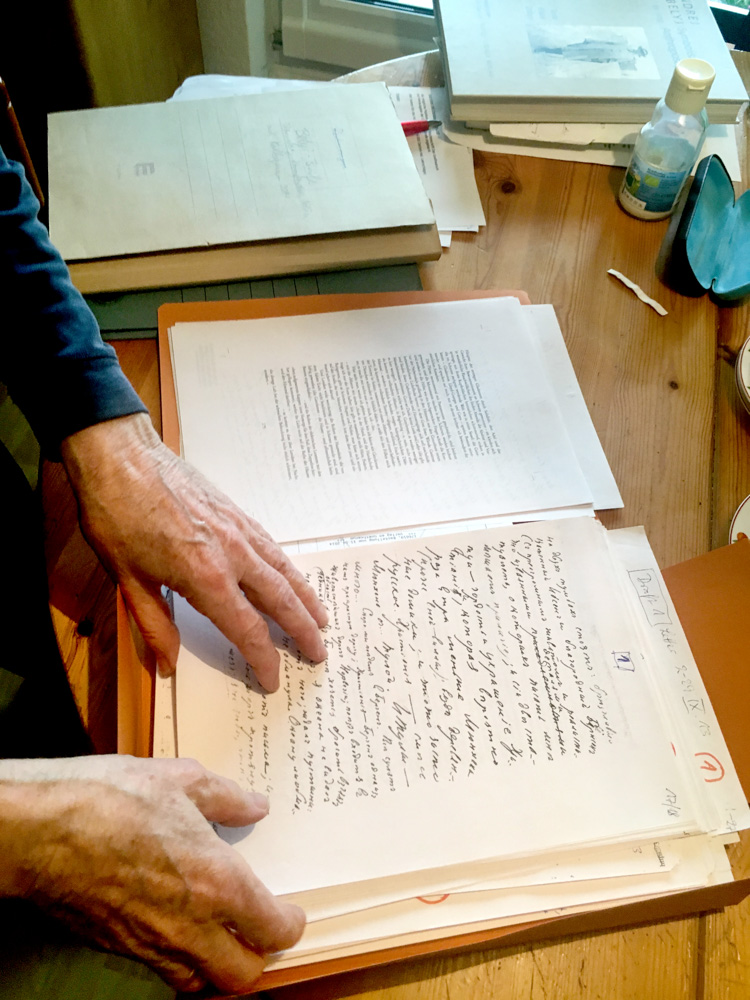 Christoph Hellmundt mit Kopien der Briefe für die Übersetzungsarbeit, Foto: Fabian Roschka