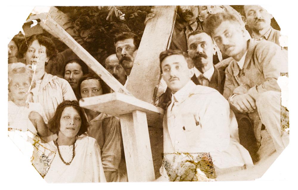 Mitarbeiter am Ersten Goetheanum, 1917/18 beim Aufbau eines Gerüstes für die Holzgruppe von R. Steiner. Vorn unten links: Assja Turgenjewa, hinter ihr halb versteckt, Natascha Pozzo, schräg nach oben Alexander Pozzo (mit Schnurrbart), links oben Edith Maryon und weitere. Foto: Goetheanum-Archiv.