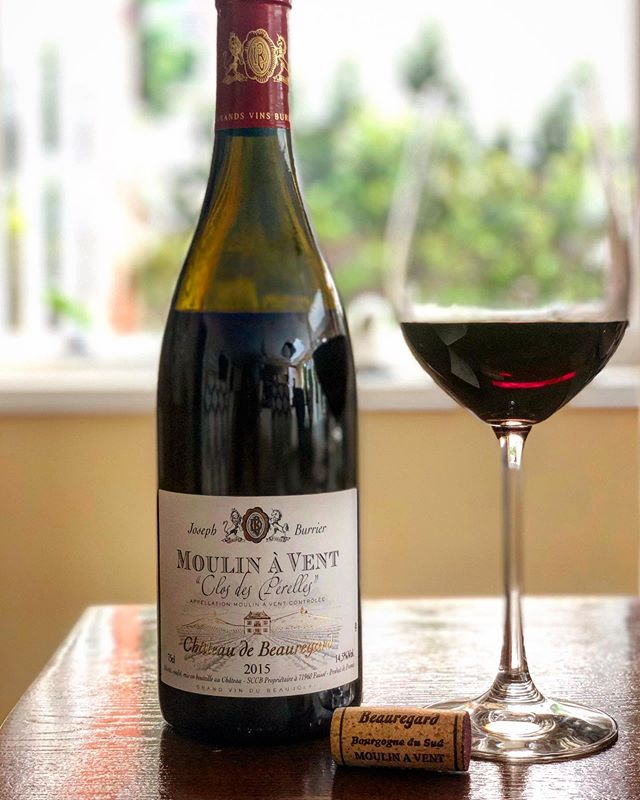 I insist it's still summer ☀️!! Intensely perfumed #beaujolais #moulinavent #closdeperelles. Fruity yet intense and deep ruby coloured with soft and sublime tannins @chateau_de_beauregard_officiel. Warm vintage, equally crisp acidity. Pair with grilled white meats or with vegetable lasagna and salad. Bright and very enjoyable! . #beaujolaisday #revivebeaujolais . . #sumiliertasting #wine #instawine #gamay #grape #beaujolais #winestagram #winelover #winetasting #winetime🍷 #wineoclock #summerwine #tuesdayvibes