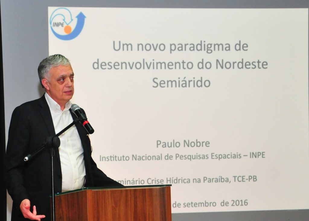 Paulo Nobre expondo a sua pesquisa no seminário sobre a crise híbrida, na Paraíba. (Foto: Ascom)