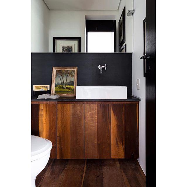 Regram @todosarquitetura Se um espaço pudesse traduzir o mood dos moradores de uma casa, que ambiente seria este? Confira aqui 4 lavabos que projetamos onde design é sinônimo de personalidade. Qual seria o seu? #architecture #lavabo #decor
