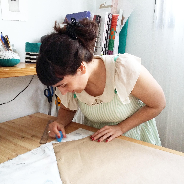 Mercedes marcando el patrón de la falda en el taller