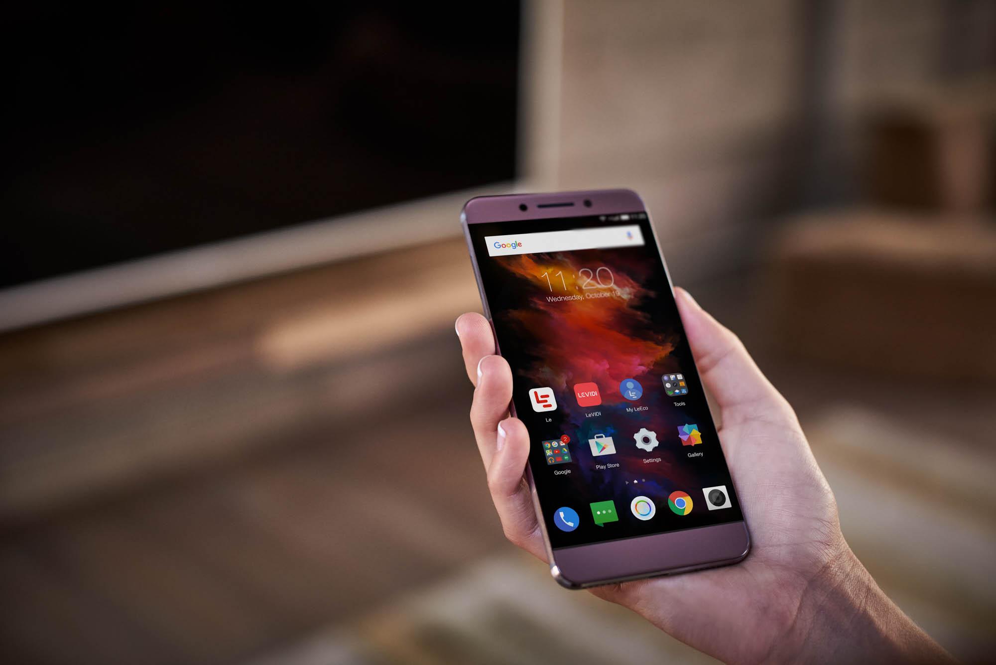 LeEco phone in hand