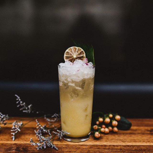 @jatobamontreal's savoury & smoky Apurikotto | Southern Comfort, mezcal, kalamansi and coconut milk syrup, fresh lime juice, ginger beer