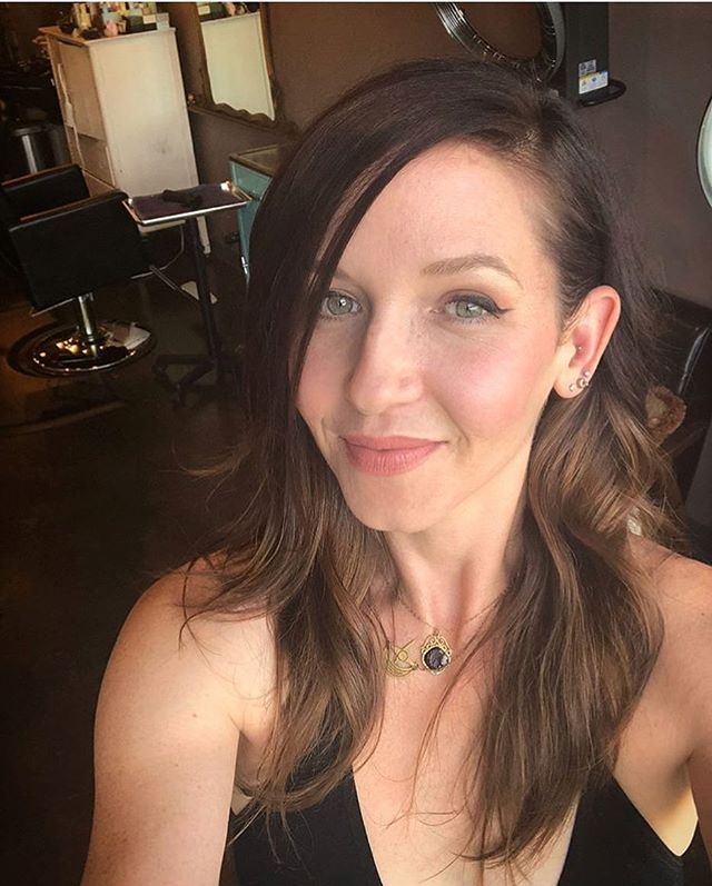 Hair by @evettelynnaepdx this cutie mama snapped her own selfie on the way out! Come see us! #pdxhairstylist #pdxhair #friyay #loveyourhair #pdxsalon #salon #hair #haircut #hairstyles #salonlife #style #selfie #momhair #hotness #pdx #pnw #portland #fancy #yass #doit