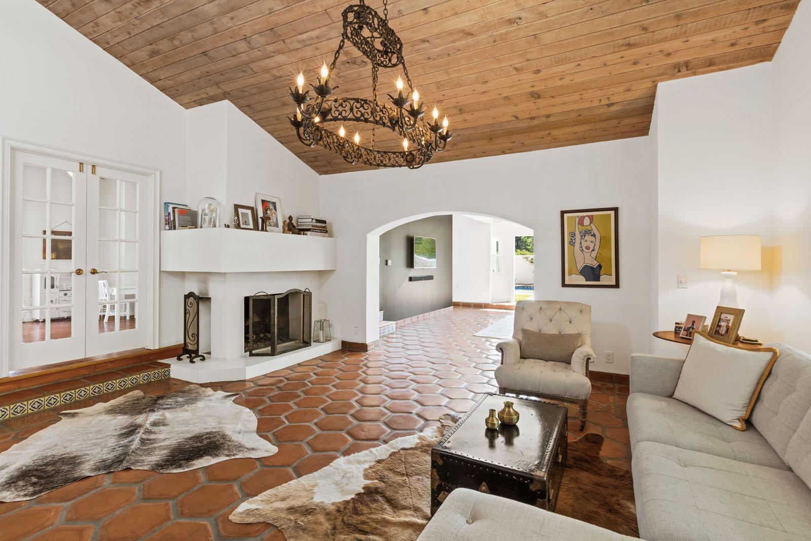010 Living 1712 Manzanita Park Avenue Malibu For Sale Lease The Malibu Life Team Luxury Real Estate.jpg