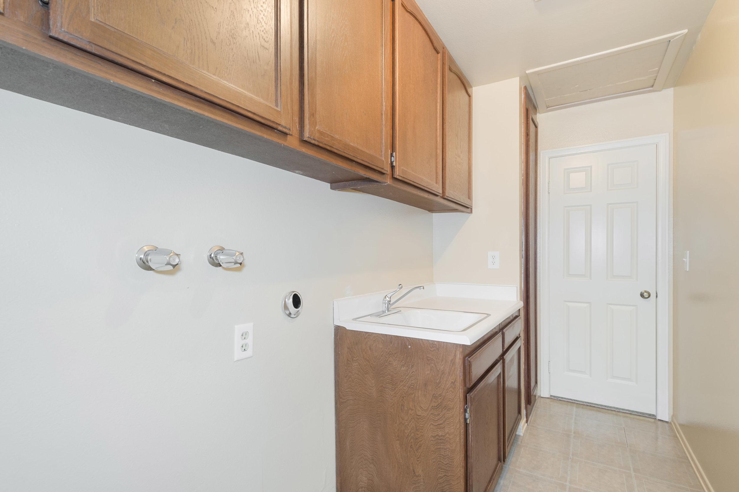 019 laundry 8832 Moorcroft Avenue West Hills For Sale Lease The Malibu Life Team Luxury Real Estate.jpg