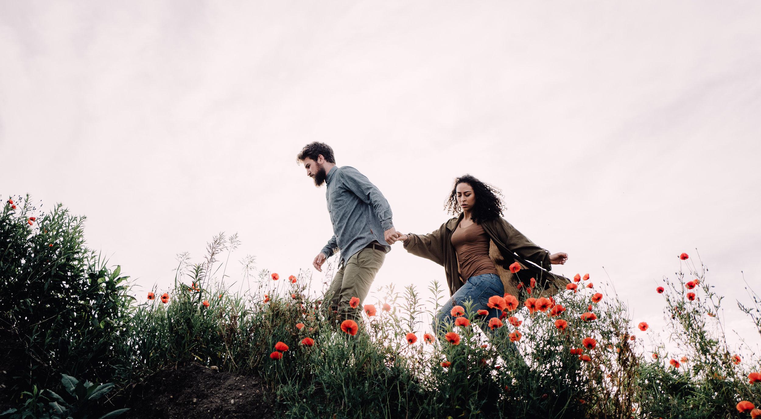 Paarfoto von Selene und Martin im Mohnfeld