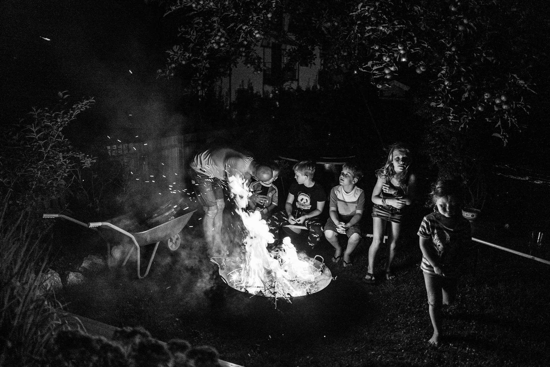 Familienfotos am Lagerfeuer