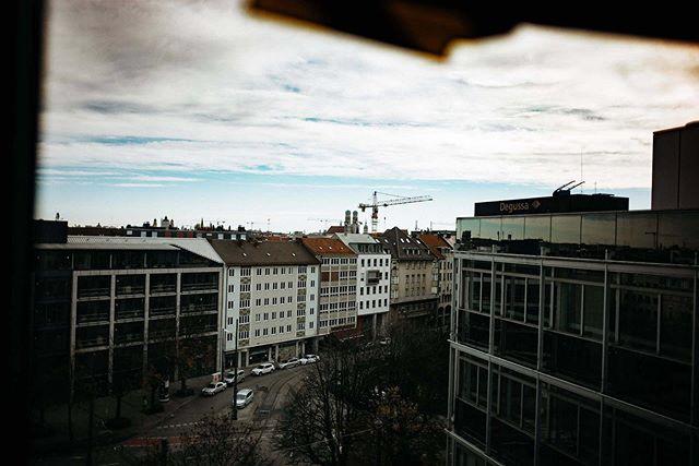 andreduhme und ich folgten dem Ruf der Matrix AG. Im Büro am Münchner #Stiglmeierplatz galt es, die Teammitglieder zu portraitieren und ein paar Reportagefotos zu schießen. Ich sag es immer wieder: Businessfotos müssen nicht perfekt gestaged sein. Hier ein paar Eindrücke der Officeräume. Morgen gibt es dann noch ein paar Eindrücke vom Tag!⠀ .⠀ .⠀ .⠀ #089 #München #Oida #business  #businesstip #businessmind #businessmarketing #businessquotes #businessmentor #businesspassion #businessmotivation #businessowner #businessman #businesstips #businessmen #businessideas #businessstrategy #businessconsultant #ecommercebusiness #businesscards  #businessmindset #businessgoals #businessplan #businesswomen #businessclass #businesscoach #businessadvice #businesscoaching #businesslife