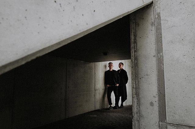 Das hier sind Michl und Lena. Sie waren aus Berlin zu Besuch in München. Deshalb nutzten wir die Zeit und machten einen Spaziergang durch das alte Olympiadorf. Zwei kreative Köpfe. Open minded und queer. ⠀ .⠀ Ich mag es ja total, wenn Menschen nicht nur hinter dem stehen was sie tun, sondern auch dafür kämpfen, damit sich die Lage aller verbessert. ⠀ .⠀ .⠀ .⠀ .⠀ .⠀ #Couple #coupleactivities #couplesthatslaytogetherstaytogether #queercouple #queerpride #coupleporn #couplephotogoals #couplefoto #couplesnap #couplethoughts #couplesofinstsgram #münchen #paarfotos #munich #paarshootingmünchen #queer #münchenistbunt #Servus #oida