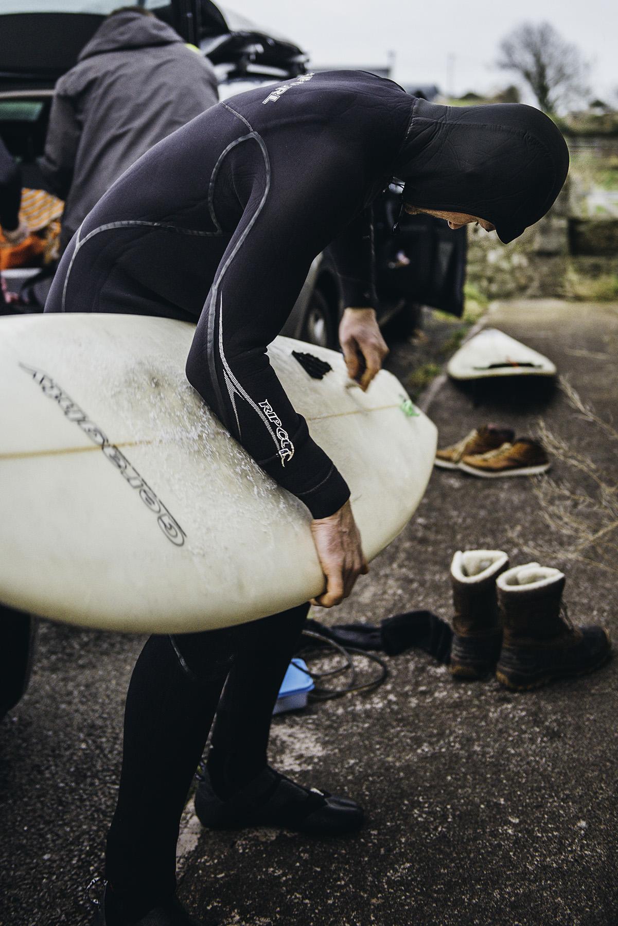 winter-surfing-ireland-sport-adventure-01.jpg
