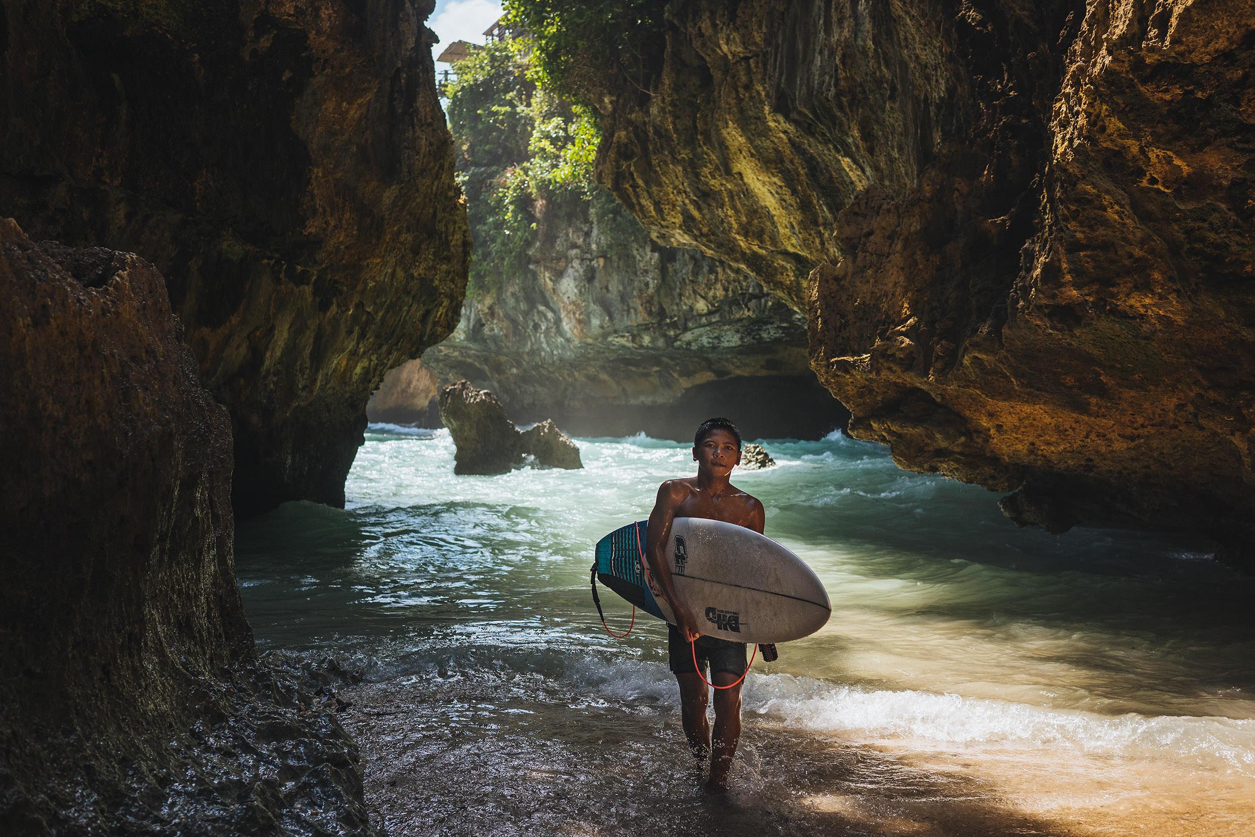 27-outdoor-adventure-surfing-bali-uluwatu-surfer.jpg