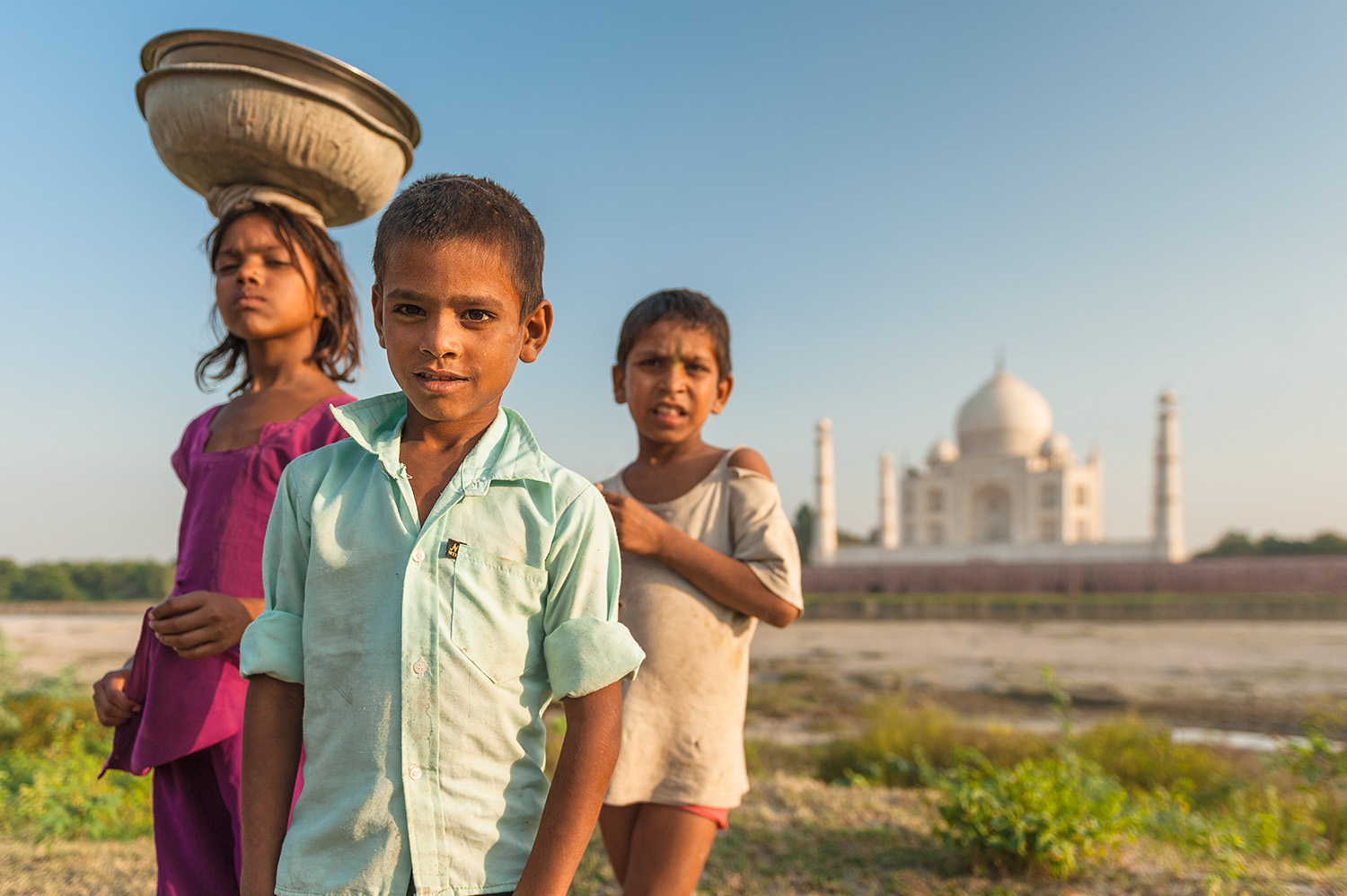 travel-photography-asia-india-kids-portrait-taj-mahal.jpg