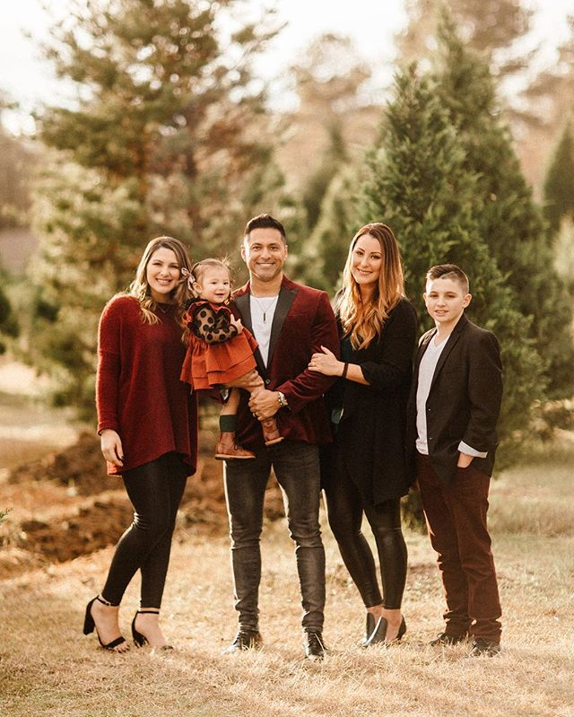 I had the pleasure of shooting this family's christmas photos! Relieved to finally say 2018 holiday photos are done!! 😅 . . . . #christmastree #christmastreefarm #christmasphotoshoot #christmasfamilyphoto