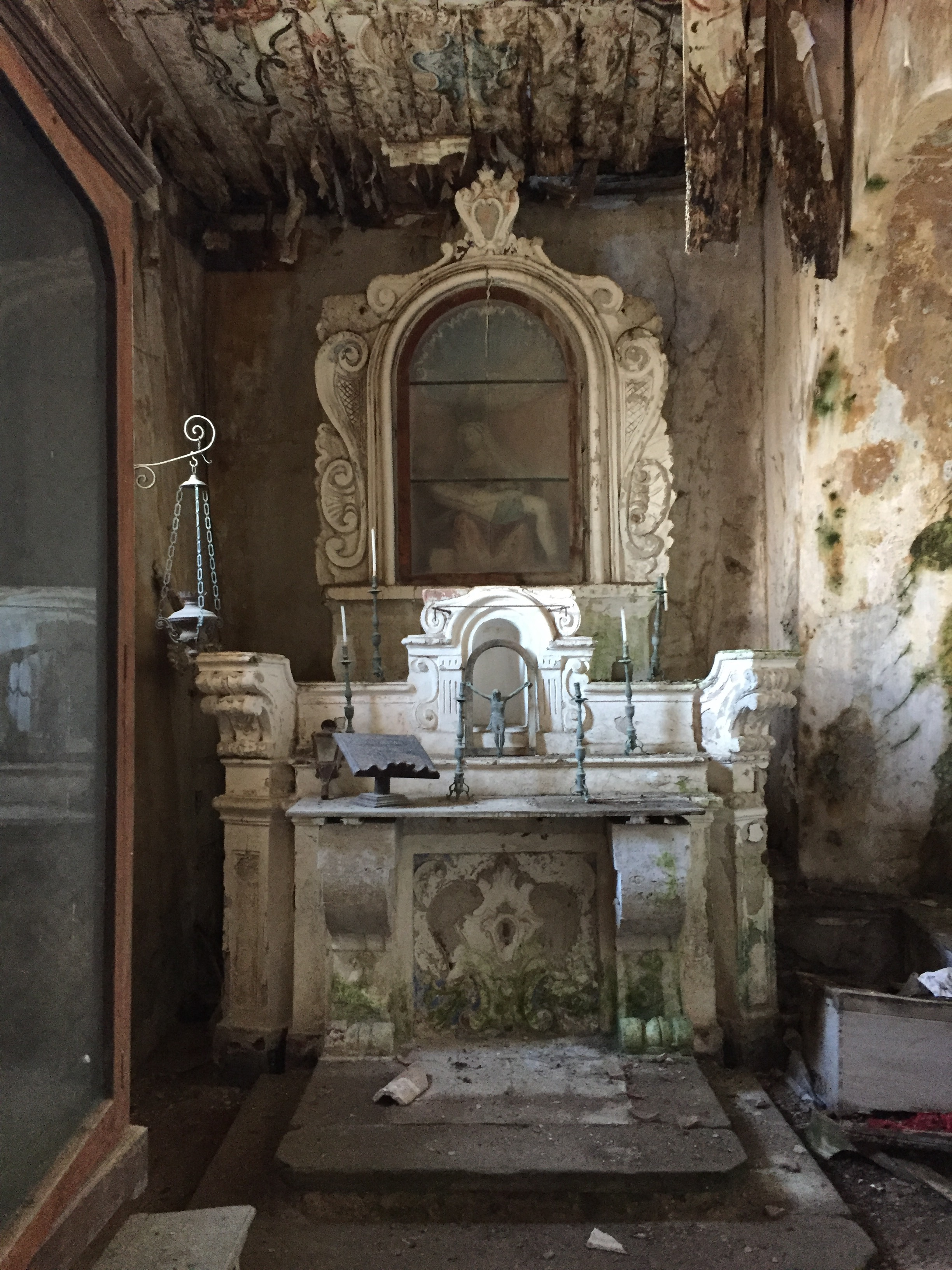 Guests discovered an abandoned chapel from the 18th century in Borgo Castellabate. A sculpture of the Pietá is still encased in the altar.