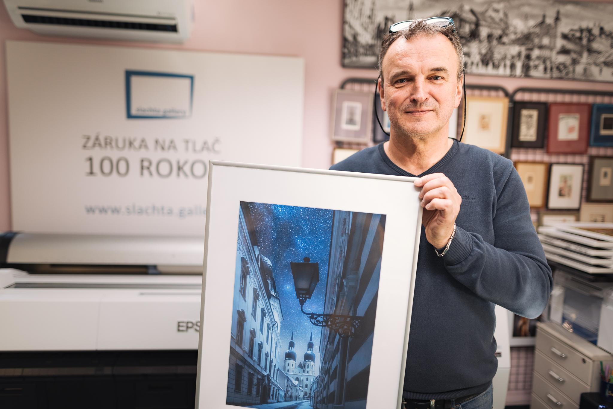 Rozmer cca 65 x 45 centimetrov, skvelé materiály a kvalitná tlačktorej garantom je Norbert Šlachta z ART Gallery na Haulíkovej 4, Trnava.
