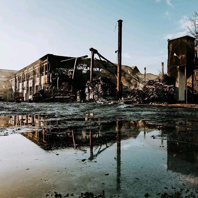 🔥 DEŇ POTOM 🔥⠀ ČO SA STALO⠀ V stredu večer v Trnave začal horieť sklad bazénovej a dezinfekčnej chémie v areáli bývalých TAZ. Desiatky hasičov sa ho snažilo dostať pod kontrolu, čo sa im dnes skoro ráno podarilo. Na požiarisku je stále niekoľko skrytých ohnísk, ktoré budú hasiči monitorovať. Predpokladá sa, že k úplnej likvidácii požiaru príde počas dnešného dňa. Pri udalosti sa zatiaľ nikto nezranil. Viac info nájdete na http://www.fb.com/prezidiumhazz/posts/1960681894047018⠀ ⠀ HROZÍ NÁM Z DYMU NEBEZPEČENSTVO?⠀ Nie. V okolí je stále zápach, ale merania na škodlivé látky sú negatívne. Zdroj: Prezídium HAZZ⠀ ⠀ PREČO SOM TAM FOTIL⠀ Život Trnavy dokumentujem už pár rokov a toto k životu mesta žiaľ patrí. Preto, aj napriek miernej kontroverzii som tam dnes ráno vybehol a z bezpečnej vzdialenosti spravil zopár nepekných záberov. ⠀ ⠀ Vďaka všetkým bezpečnostným zložkám, ktoré tam v noci tvrdo makali. 👏⠀ ⠀ #slovakia #industrial #trnava #mestotrnava #trnavacity #madeinslovakia #trnava #thisistrnava #matuskoprda #abandonedbuildings #abandonedplaces #industrialarchitecture #hasici #heroes #fire #exploretrnava @exploretrnava @trnava_life @mesto_trnava @trnavatown @mestskateleviziatrnava