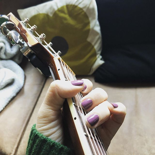 My nails are my rythm section when I'm writing a song all alone. Some day, I may cut an album, just me and my nails - Dolly Parton 💅🏼 Kaja på @bettysmarkveien #sponsetbehandling