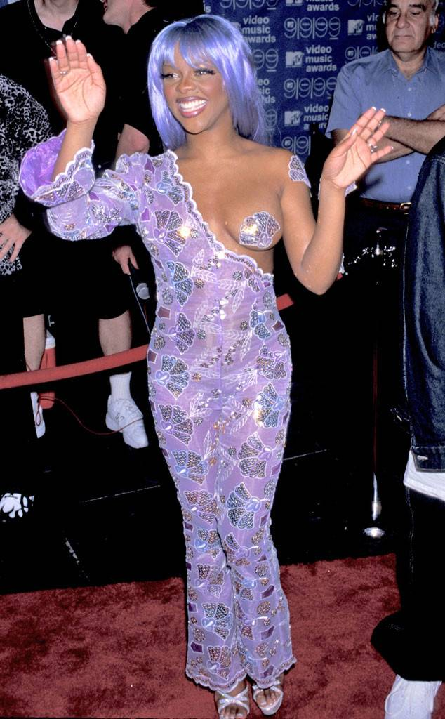 Lil Kim being iconic as ever at the 1999 VMAs