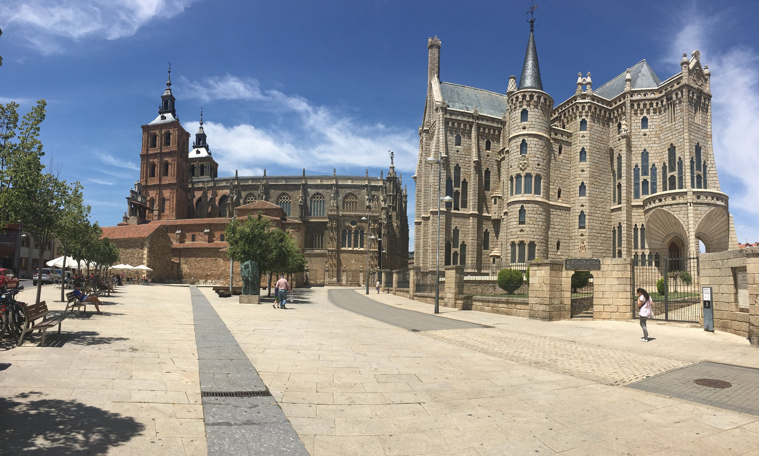 The cathedral (left) and the palace (right)