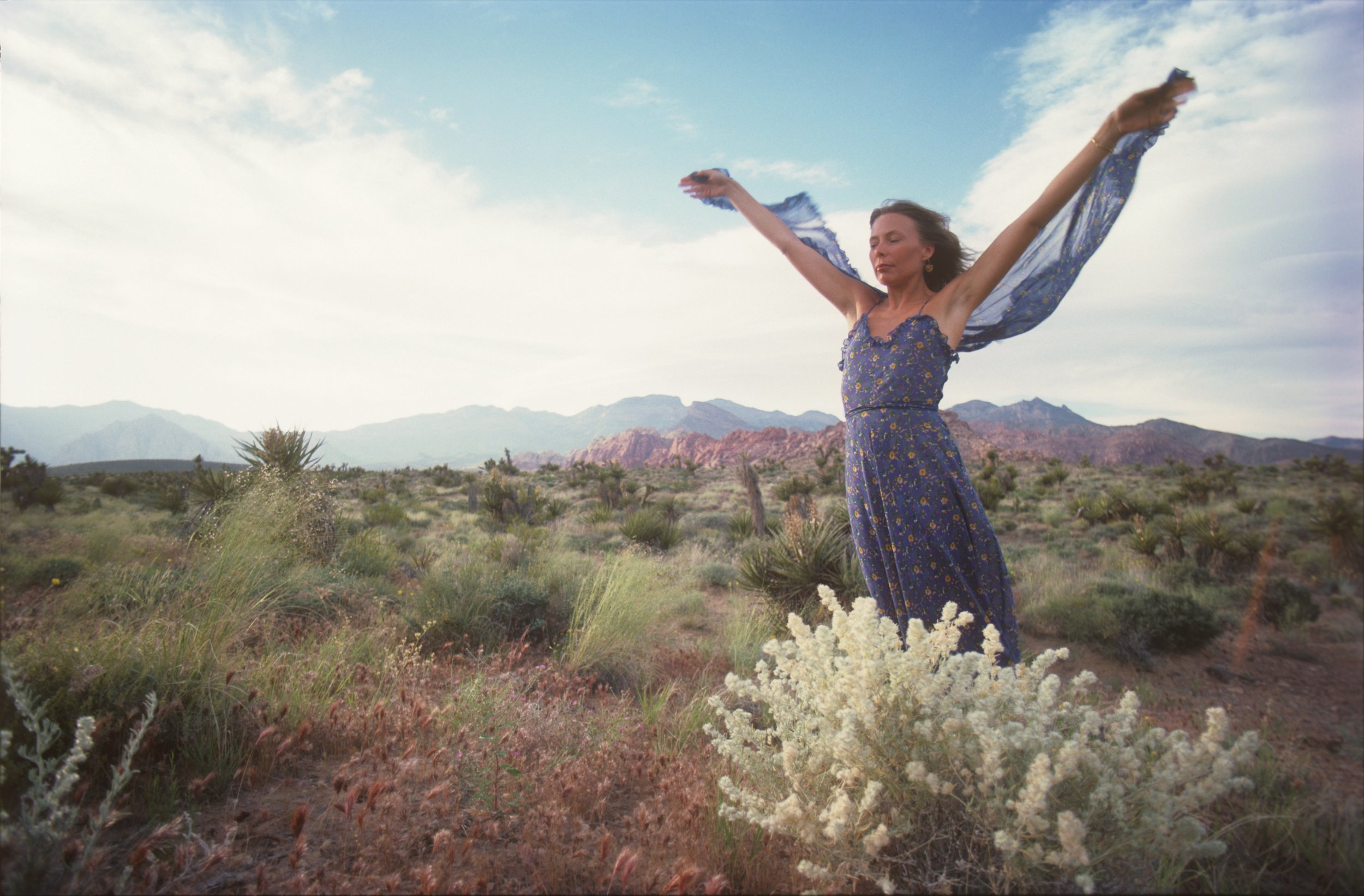 Joni Micthell in the Nevada desert, 1970 by Henry Diltz