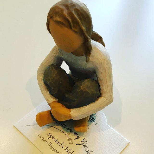 Denne vakre figuren minner meg på å ta vare på den indre lille jenta i hjertet mitt❤️ Tusen takk.  #dinmestring #samtaleterapi #detindresåredebarnet #voksentbarn  #willowtree #figur