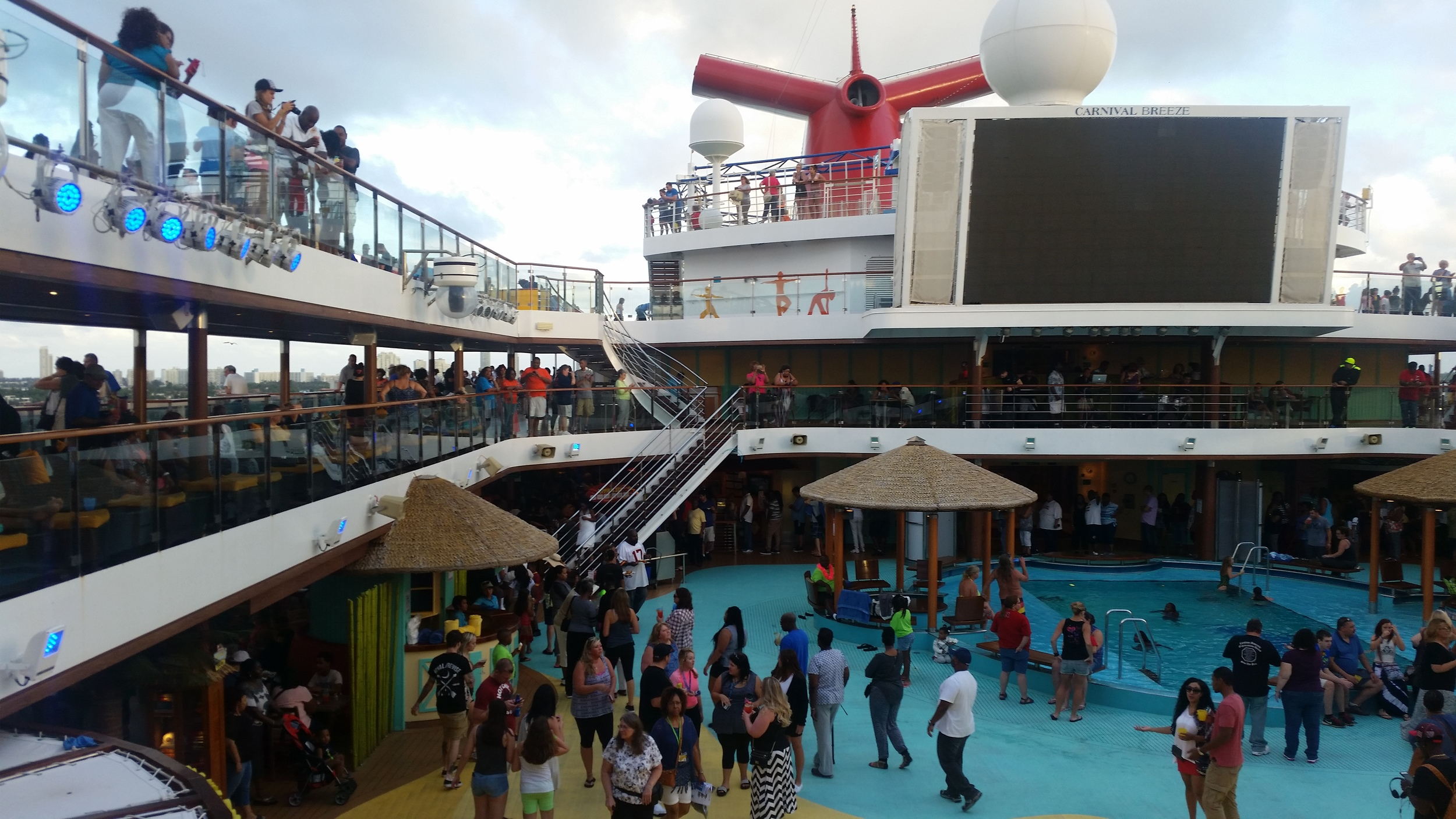 lido-deck-carnival-breeze